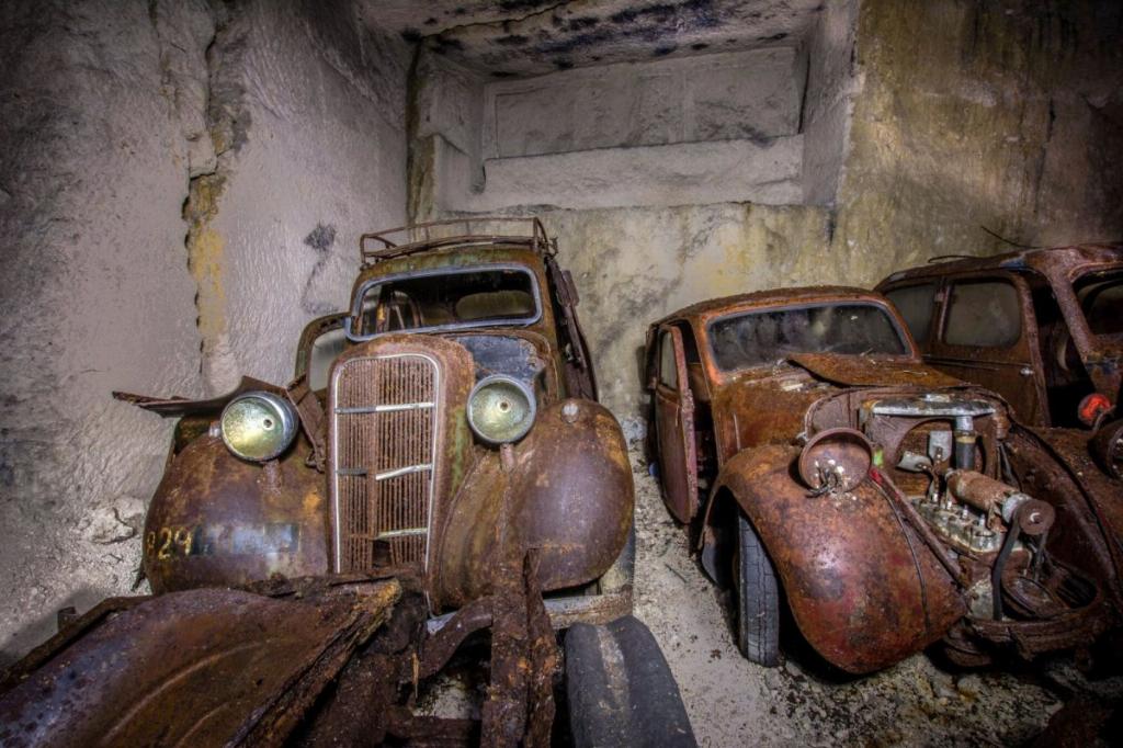Десятки довоєнних автомобілів знайдені в каменоломні у Франції7